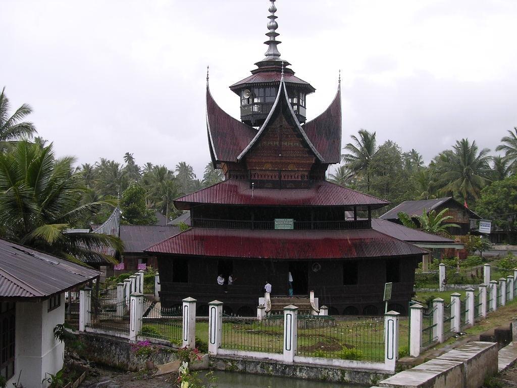 hiasan yang terdapat pada atap masjid atau surau disebut 2